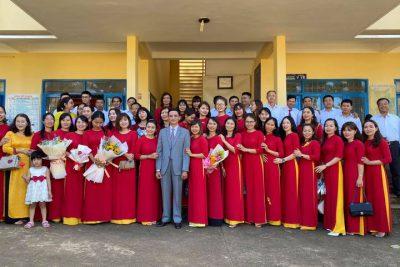 Tập thể CC-VC trường THCS Đinh Tiên Hoàng chào mừng ngày Nhà giáo Việt Nam 20-11